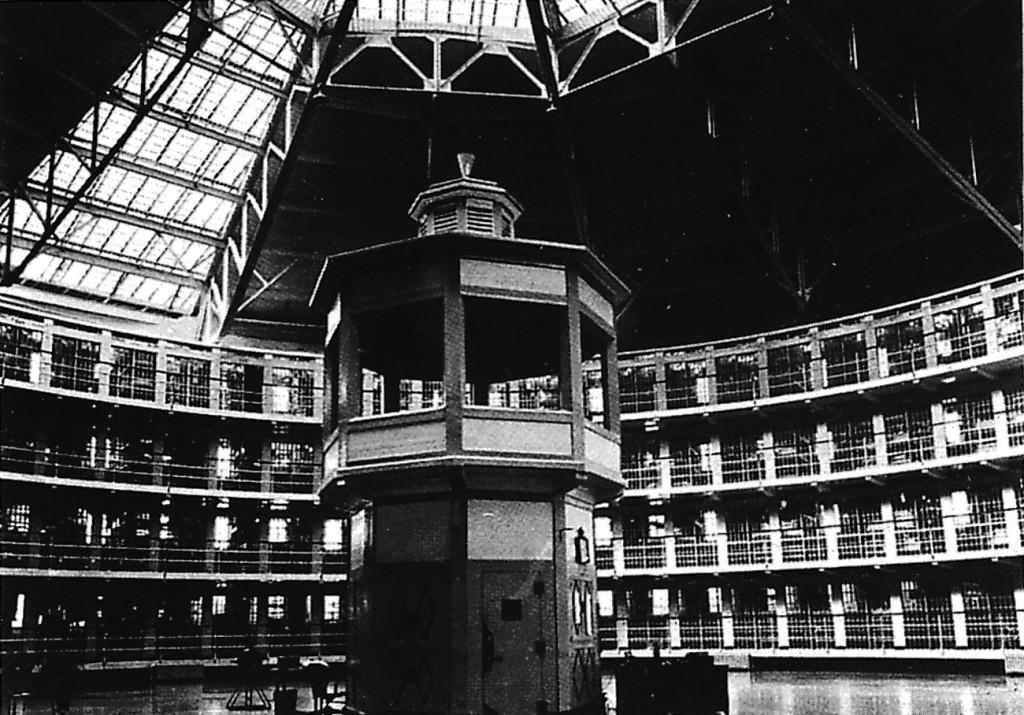 Une tour panoptique (Intérieur du pénitencier de Stateville, Etats-Unis, XXe siècle)